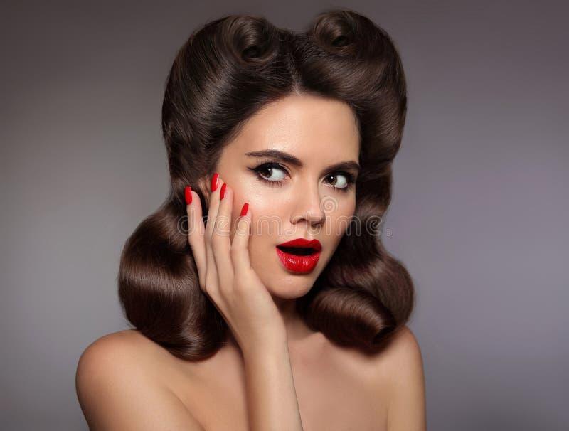 女孩的Pin惊奇与红色嘴唇构成和被修剪的钉子, 库存照片