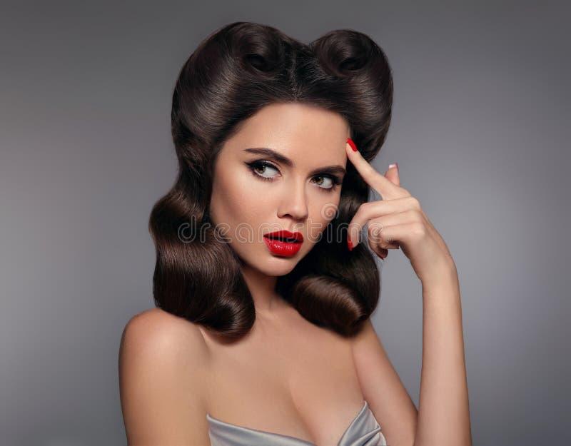女孩的Pin有红色嘴唇构成和减速火箭的卷毛发型的 浸泡 库存照片