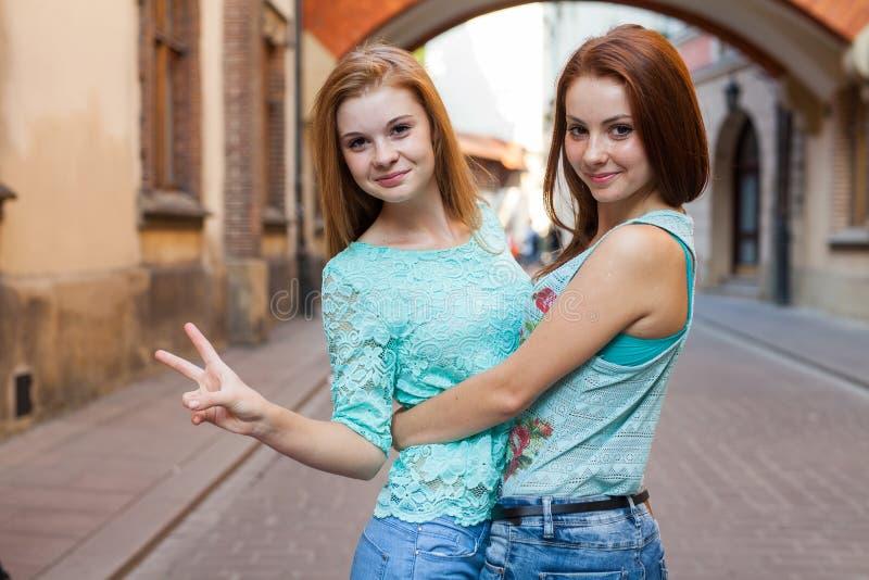 女孩相当二 They're最好的朋友 室外照片 库存图片