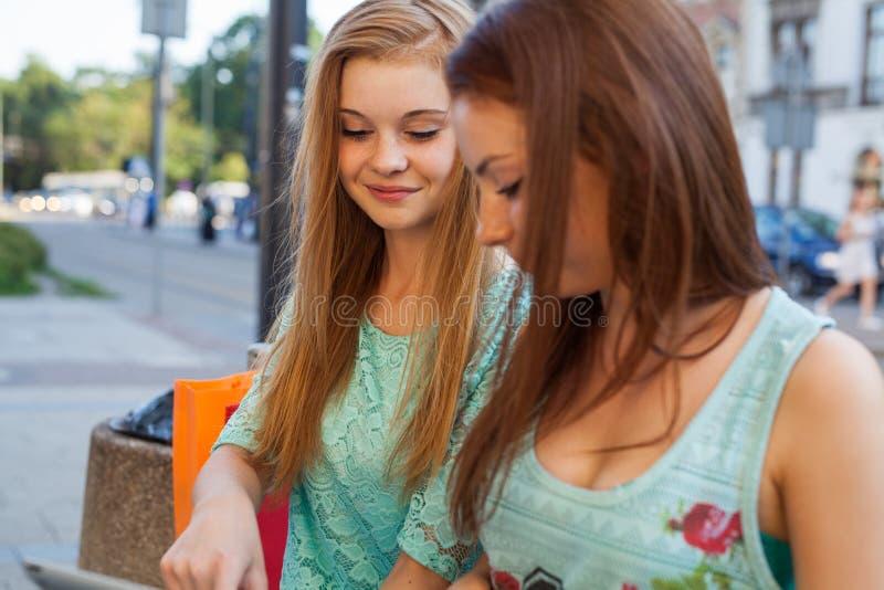 女孩相当二 They're最好的朋友 室外照片 免版税库存图片