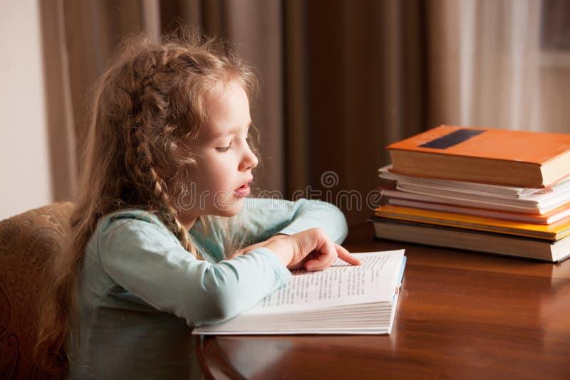 女孩看书 图库摄影