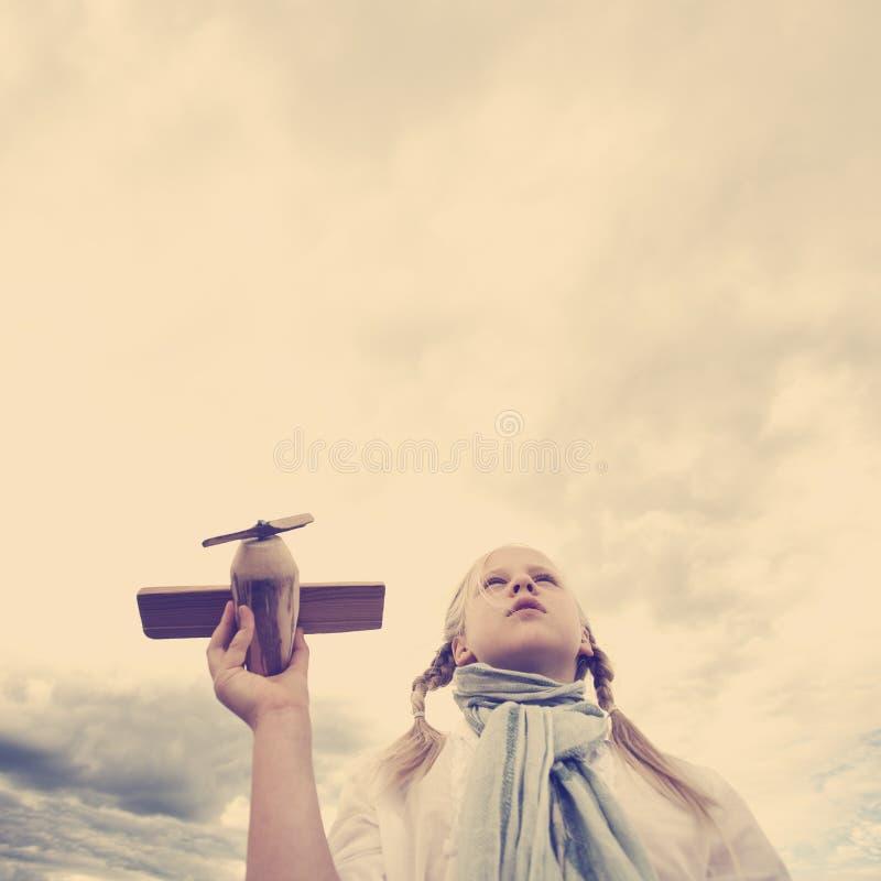 女孩看对天空的-未来概念 库存照片