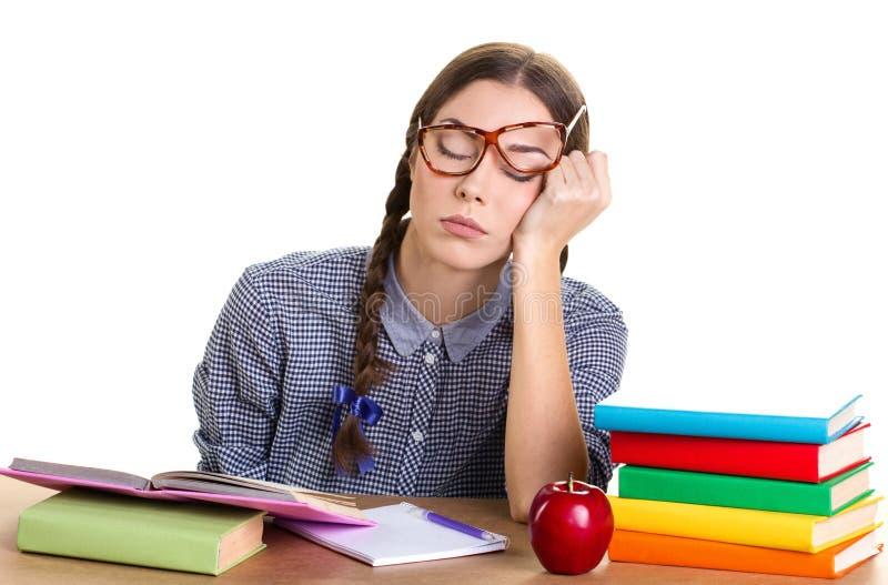 女孩睡眠在桌上 免版税库存图片