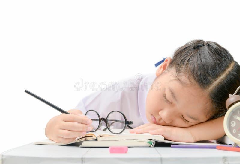 女孩睡眠,当做被隔绝时的坚硬家庭作业 免版税库存图片