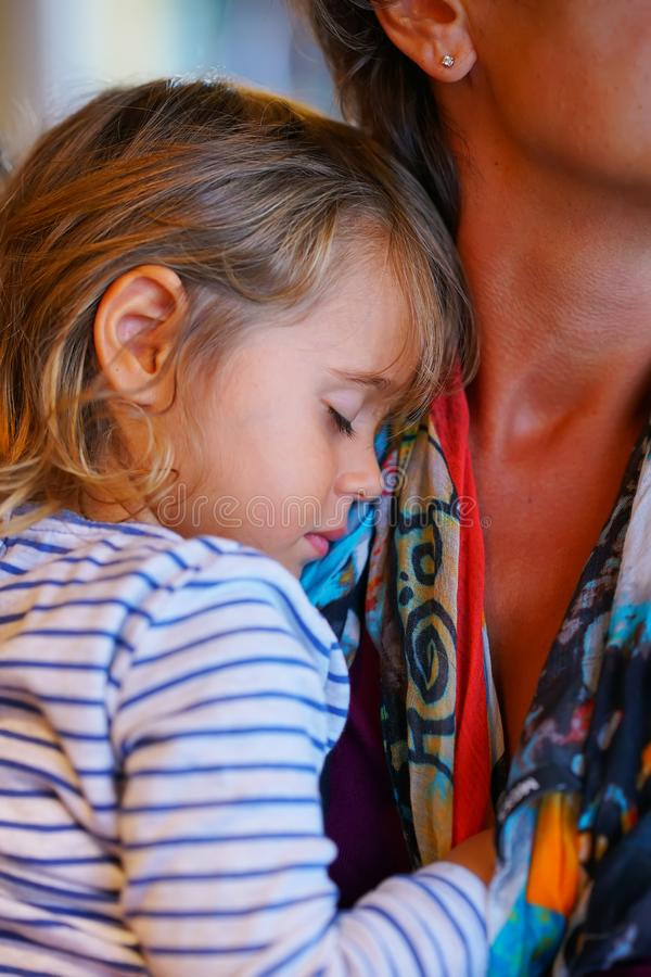 女孩睡着了在她的mother& x27;s肩膀 免版税库存照片