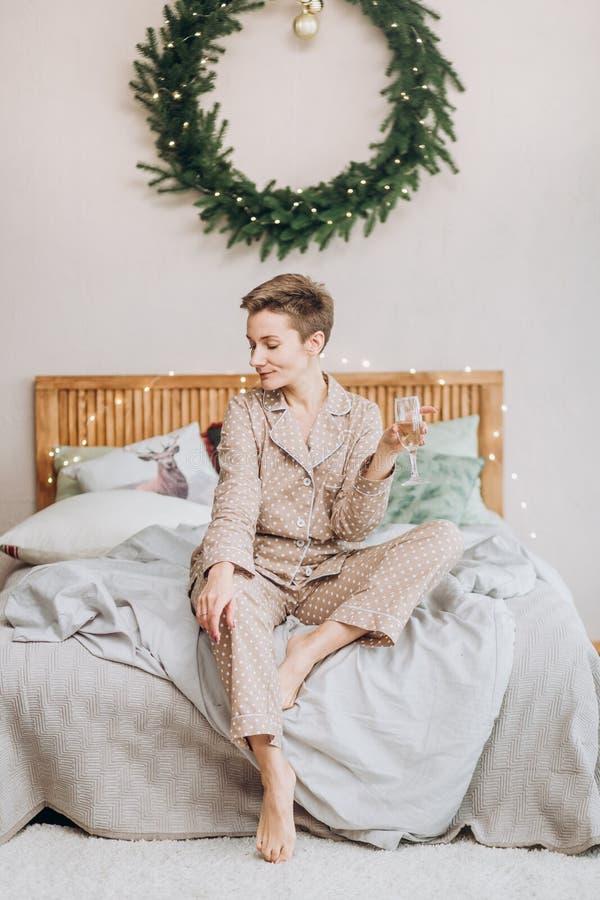 女孩睡衣卧室床圣诞节花圈 库存图片
