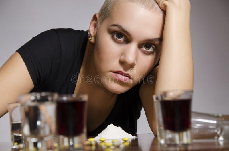 女孩短发使上瘾对药物 免版税库存图片