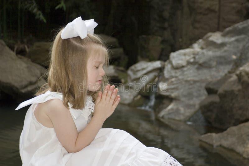 女孩祈祷的一点 免版税库存照片