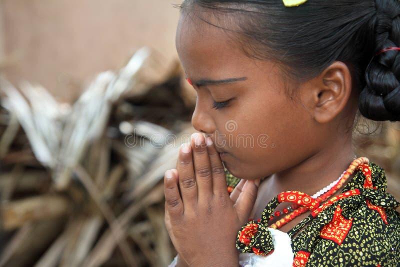 女孩祈祷的一点 库存图片