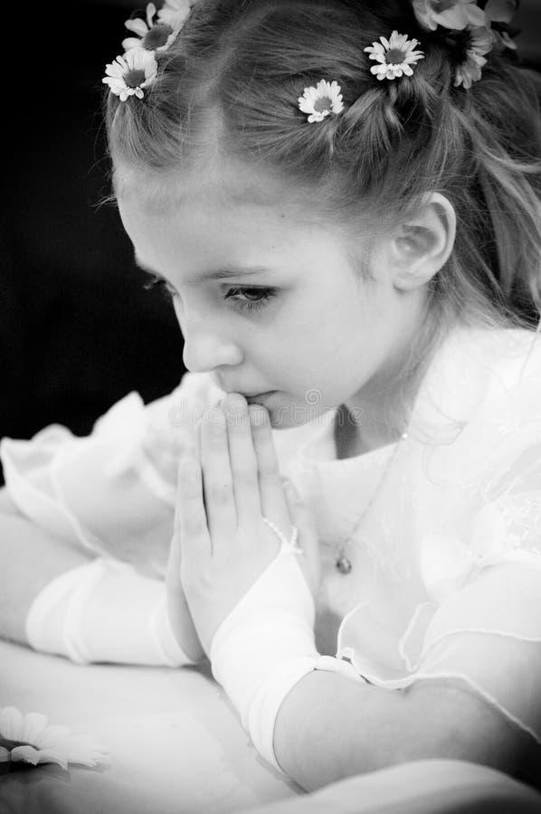 女孩祈祷的年轻人 免版税库存图片