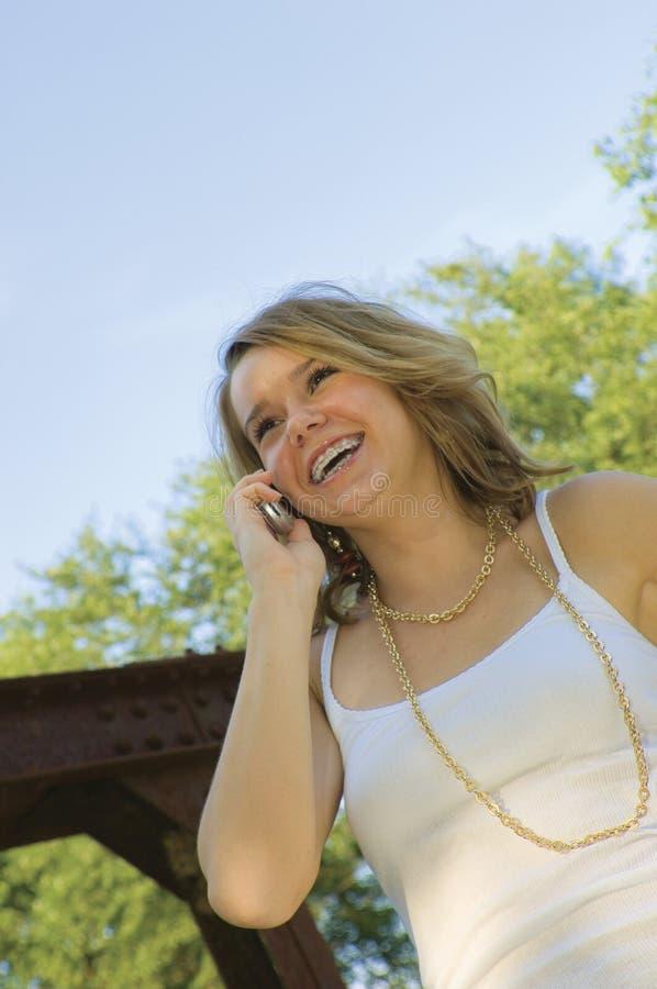 女孩移动电话相当联系少年 库存照片
