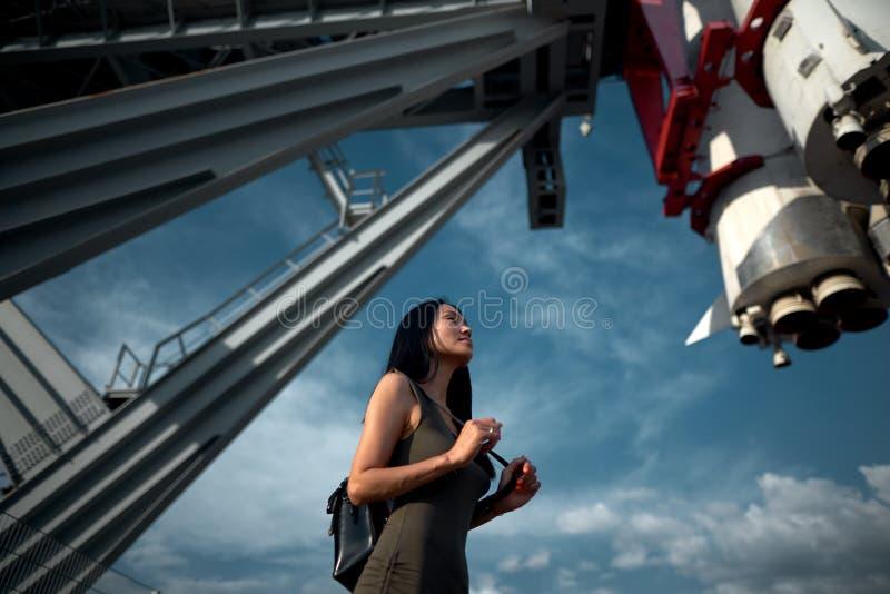 女孩站立在太空飞船下 库存照片