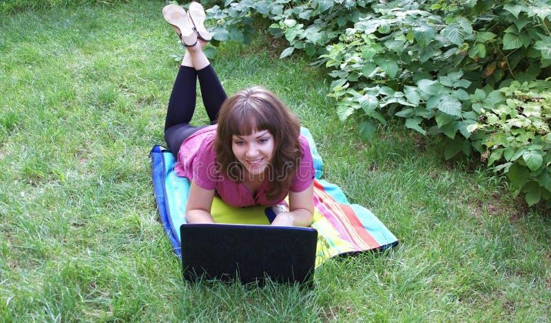 Download 女孩笔记本 库存照片. 图片 包括有 计算机, 笔记本, brunhilda, 绿色, 妇女, 庭院, 技术 - 15691228