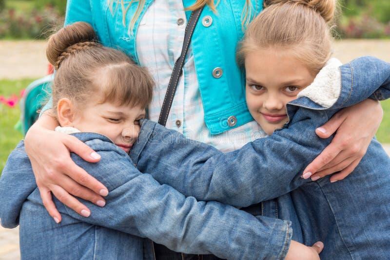 女孩紧拥抱母亲 免版税库存照片