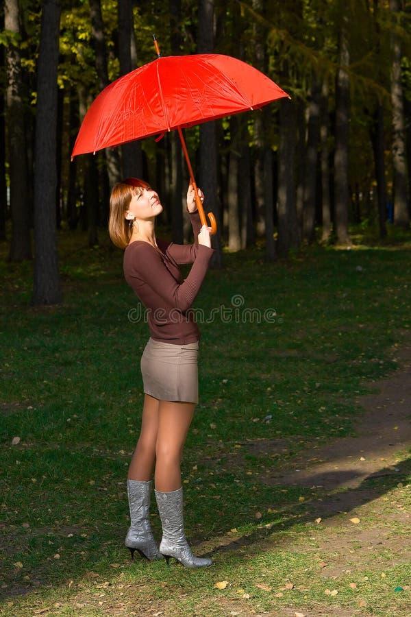 女孩红色伞 免版税库存图片