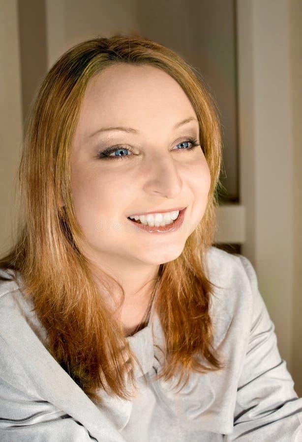 女孩纵向光芒四射的微笑 图库摄影