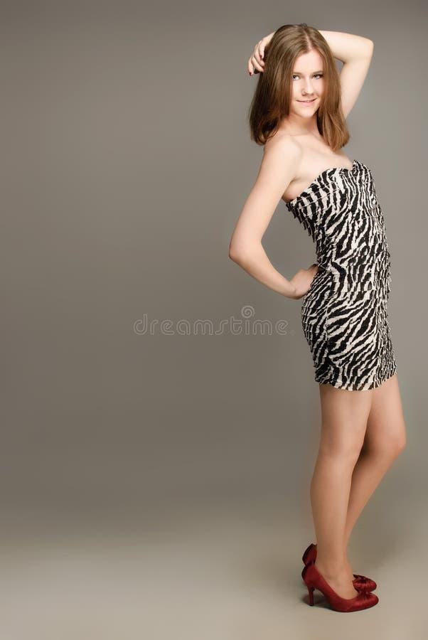 Download 女孩纵向工作室 库存照片. 图片 包括有 成人, 姿势, 微笑, 亭亭玉立, 逗人喜爱, beauvoir - 22351886