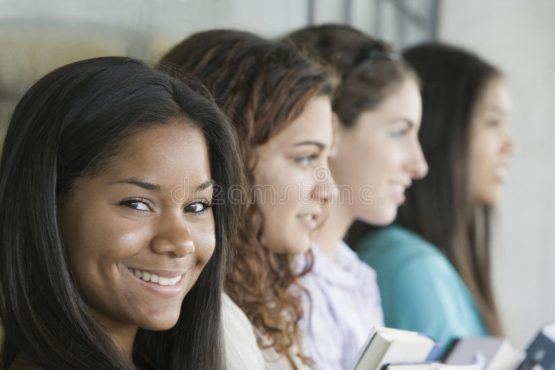 女孩纵向微笑少年 免版税图库摄影