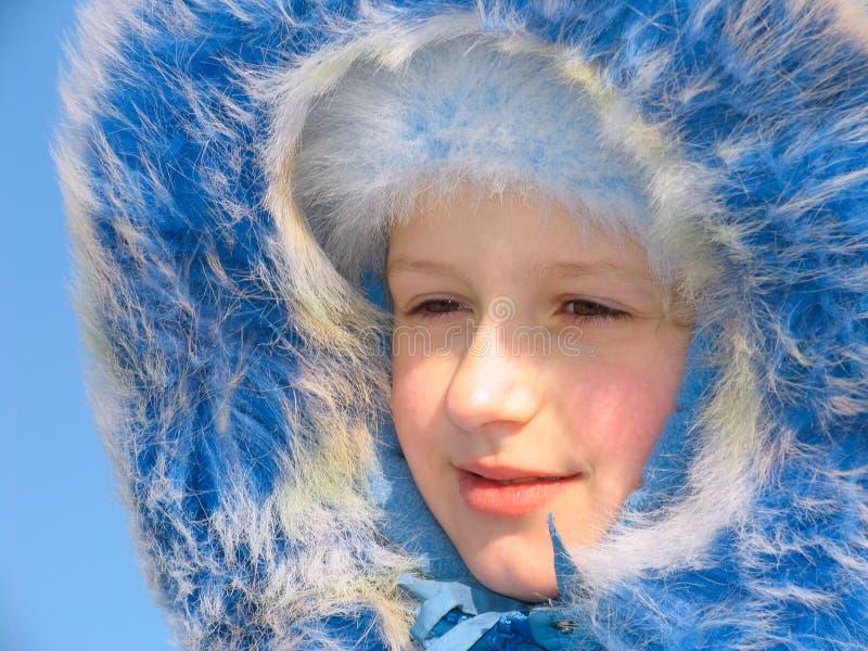 女孩纵向微笑的冬天 免版税库存图片