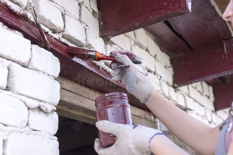 女孩绘墙壁油漆 免版税图库摄影