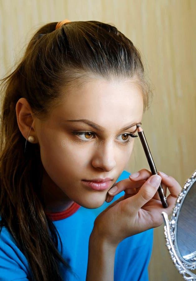 女孩绘她的眼眉 库存图片