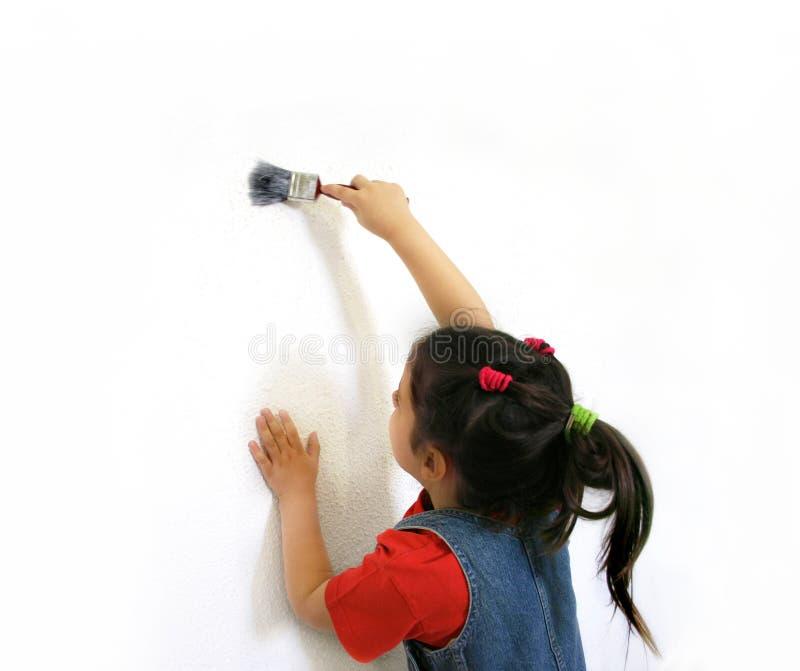 女孩绘画墙壁 免版税库存图片
