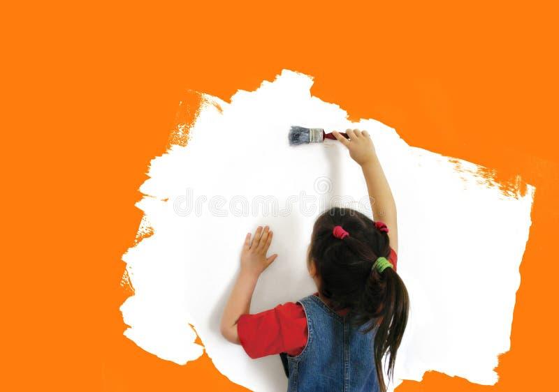 女孩绘画墙壁 免版税图库摄影