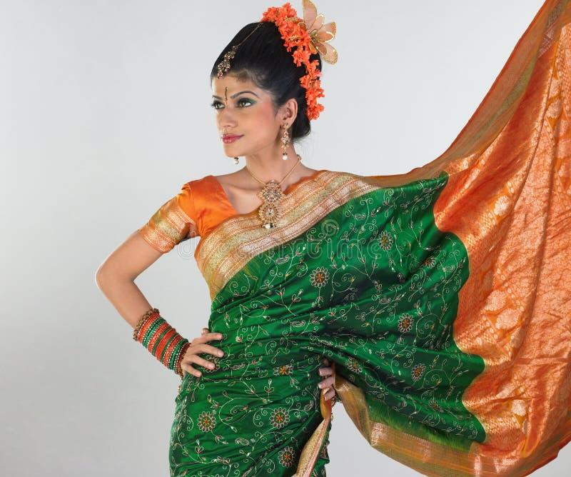 女孩绿色富有的莎丽服丝绸 免版税库存图片