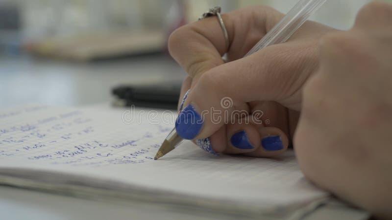 女孩考虑在计算器的检查 递妇女计算器金钱 女性办公室工作者举行安排 免版税库存图片