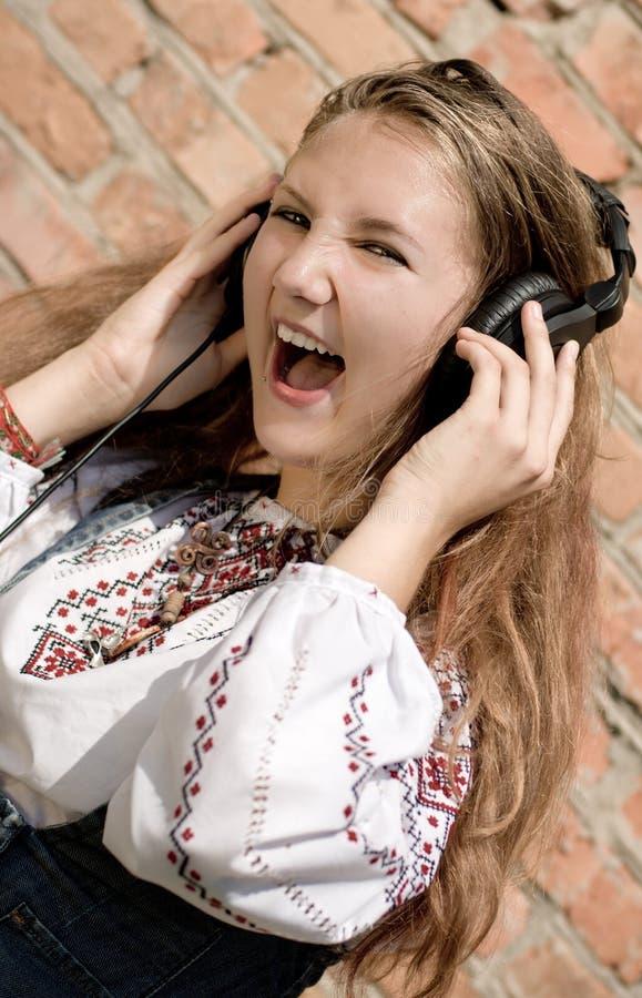 女孩耳机少年 免版税库存照片