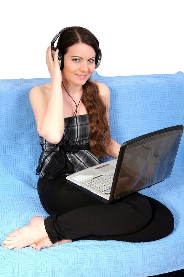 女孩耳机笔记本年轻人 免版税库存图片