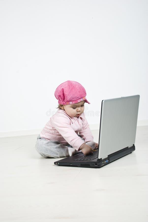 女孩膝上型计算机一点使用 库存照片