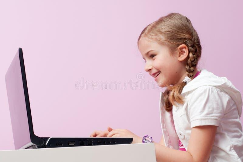 女孩膝上型计算机一点 免版税库存照片