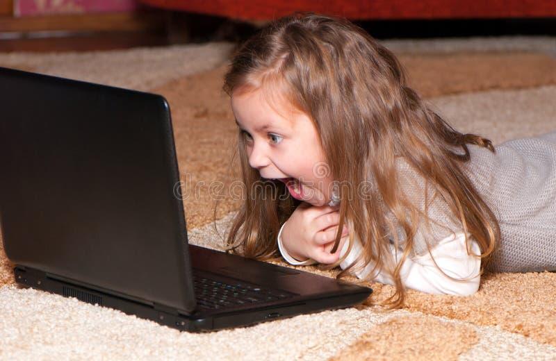 女孩膝上型计算机一点 库存照片