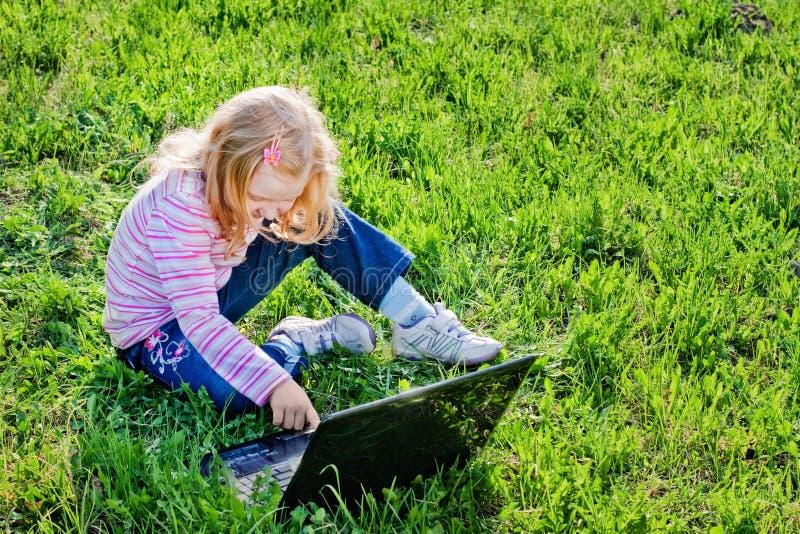 女孩膝上型计算机一点 库存图片