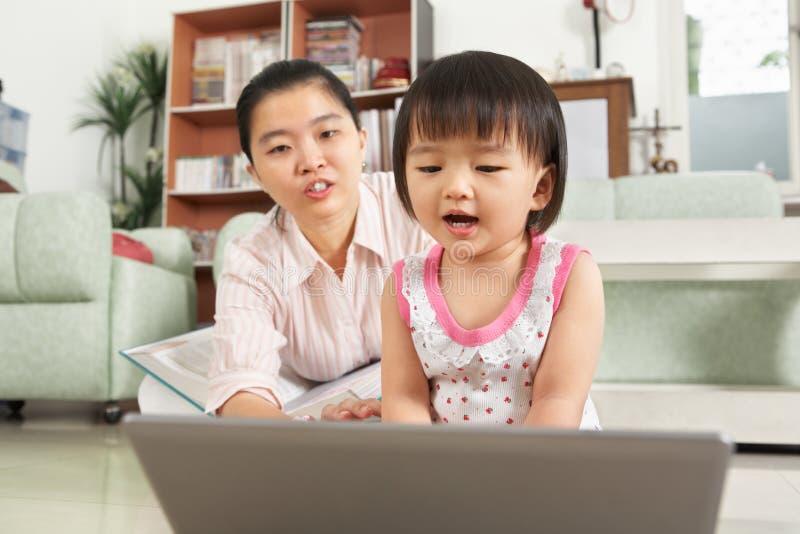 女孩膝上型计算机使用的一点 免版税库存照片