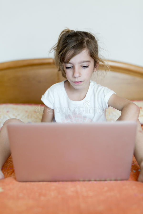 Download 女孩膝上型计算机开会 库存图片. 图片 包括有 学员, 人员, 愉快, 女孩, 互联网, 技术, 开会, 子项 - 72370757