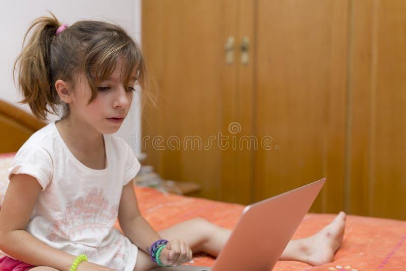 Download 女孩膝上型计算机开会 库存照片. 图片 包括有 学员, 互联网, 人员, 了解, 开会, 计算机, 愉快 - 72370762