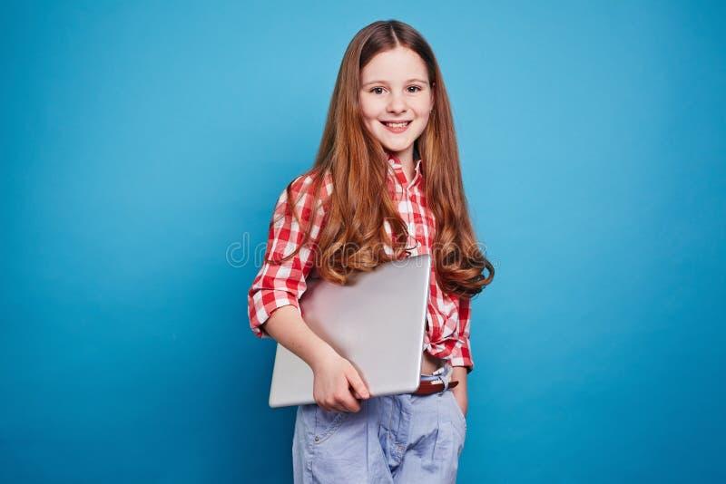 女孩膝上型计算机微笑 库存图片