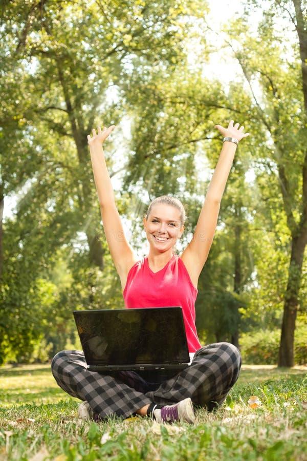 女孩膝上型计算机成功 库存图片