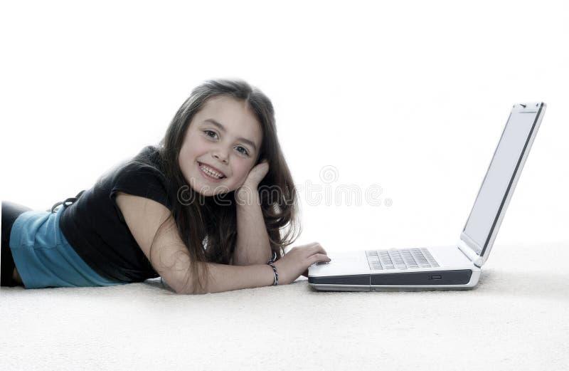 女孩膝上型计算机运作的年轻人 图库摄影