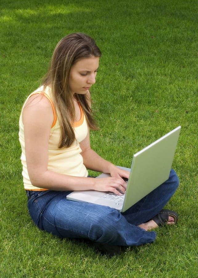 女孩膝上型计算机 库存照片