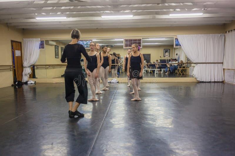 女孩芭蕾辅导员舞蹈演播室 免版税库存图片