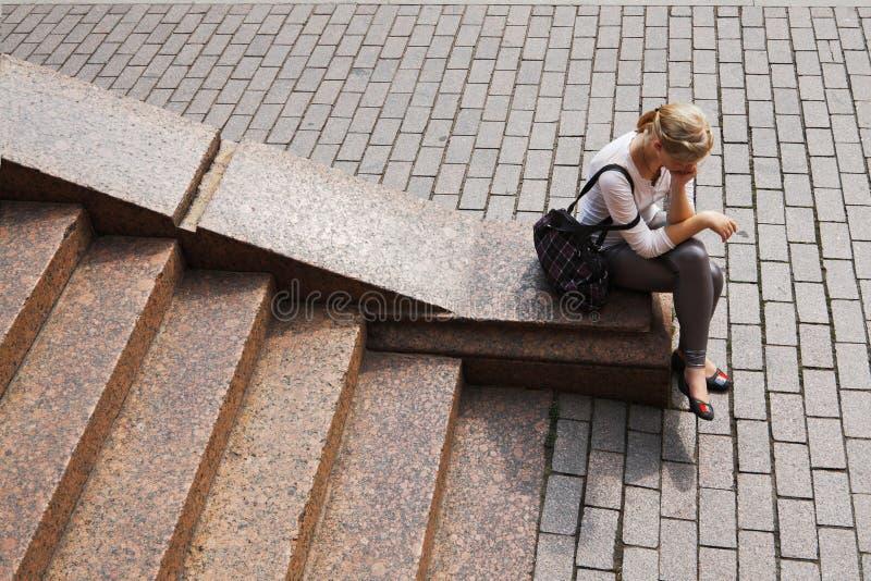 女孩花岗岩坐新的步骤 免版税库存图片