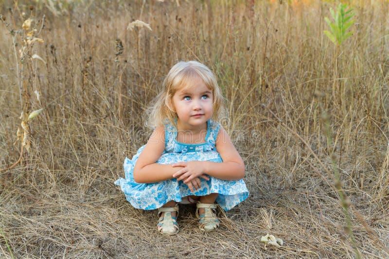 Download 女孩草坐的一点 库存图片. 图片 包括有 本质, 子项, 卷毛, 少许, beauvoir, 绿色, beautifuler - 59106567
