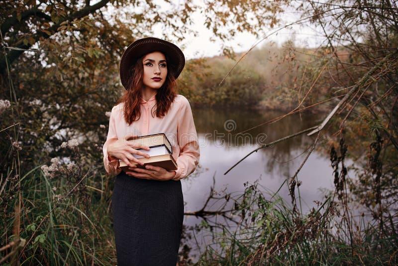 女孩草坪读坐学员课本 库存照片