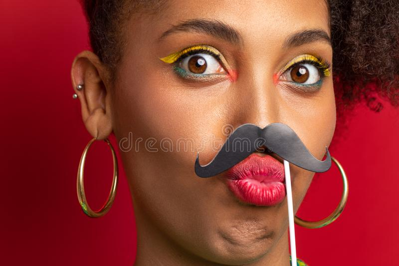 女孩获得乐趣和耍笑与髭 库存图片