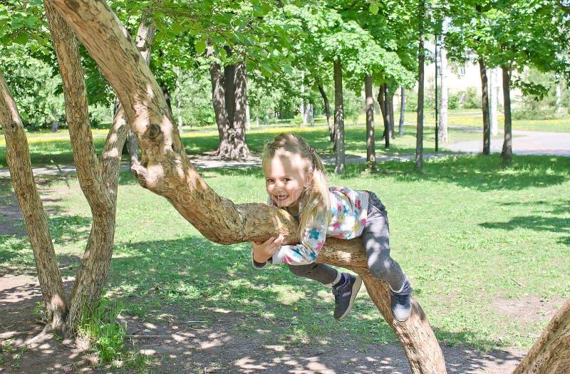 女孩获得乐趣在一温暖的好日子在公园 库存图片