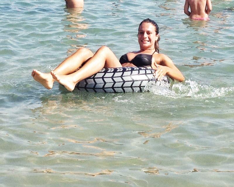 女孩获得乐趣在海 库存图片