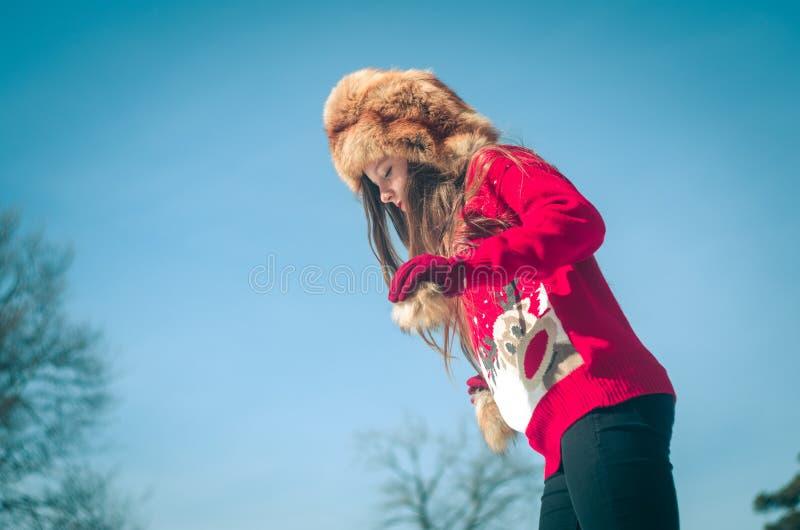女孩获得乐趣在雪 库存照片
